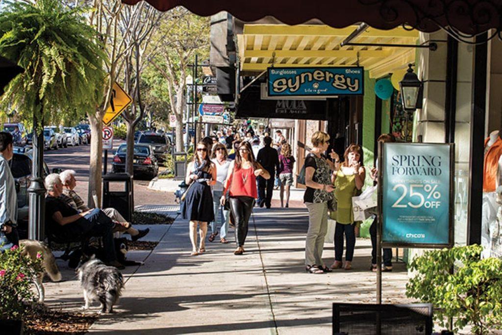 Calle de Orlando Florida llamada Park Avenue con mucha gente transitando.