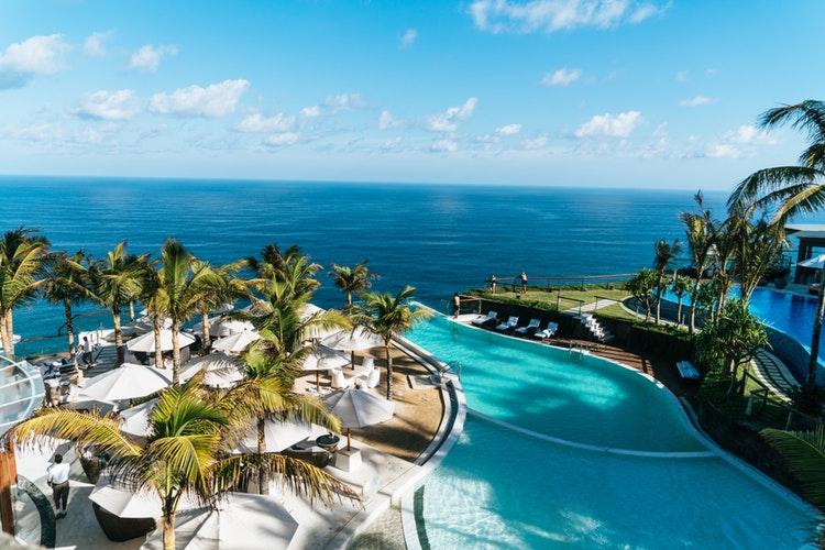 panoramica de un hotel con vista a la playa